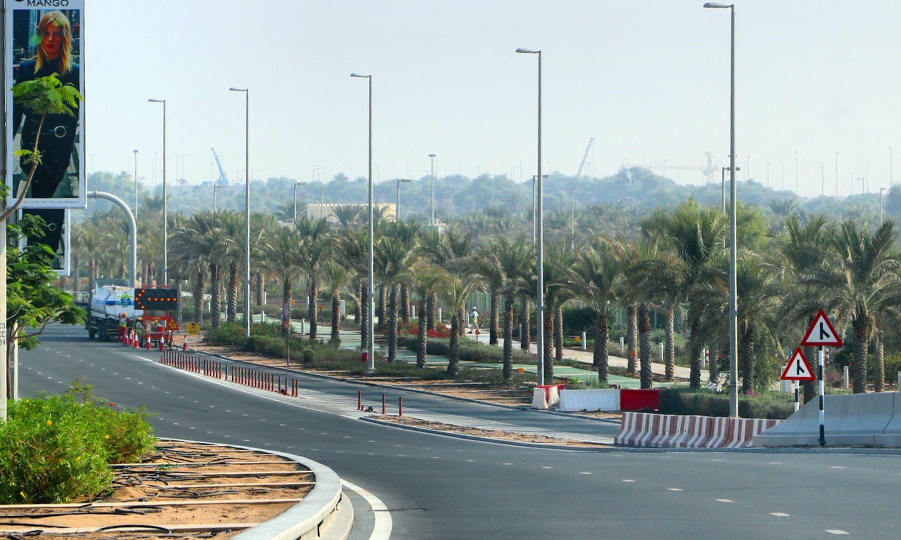 ابو ظہبی کی ایک سڑک — تصویر صوفیہ کاشف