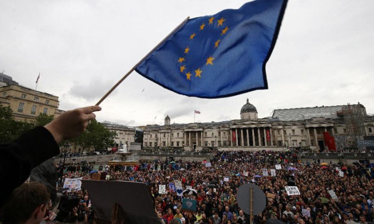 28 جون 2016 کو لندن میں بریگزٹ کے خلاف مظاہرہ کیا جا رہا ہے۔ — اے ایف پی۔