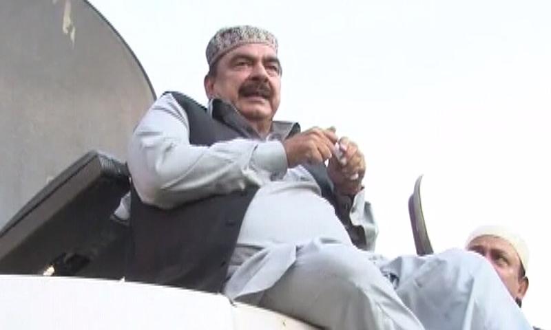 راولپنڈی احتجاج: شیخ رشید کی بائیک پر آمد، پولیس کا لاٹھی چارج