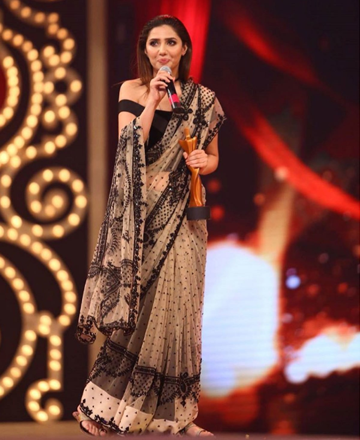 Mahira Khan taking a walk with her award on stage, 'cus she knows she owns it. Photo: Instagram