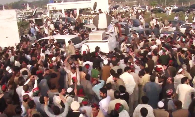 مظاہرین نے سیٹلائٹ وین کا گھیراؤ کیا ہوا ہے— ڈان نیوز