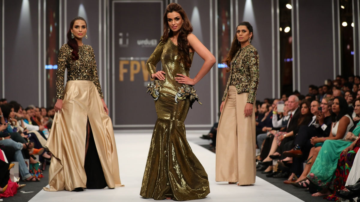 Sahrish Khan as the showstopper for Maheen Khan at FPW 2016. Photo: Movie Shoovy.