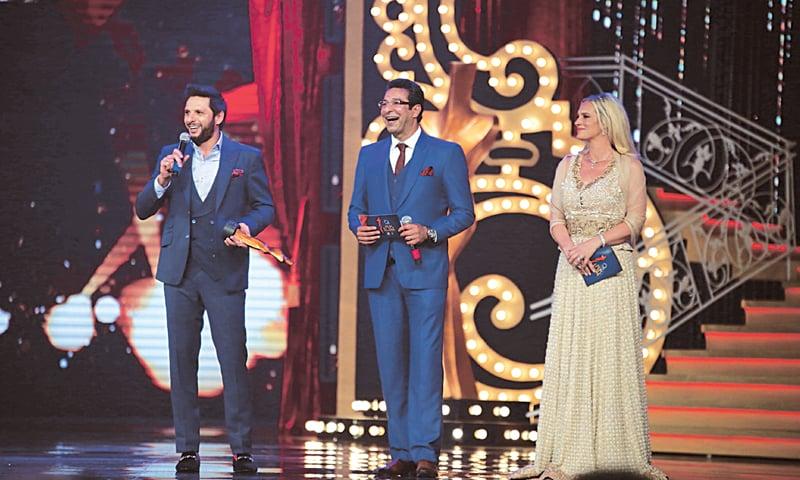 Shahid Afridi being presented the Most Stylish Sportsman award by Wasim and Shaniera Akram