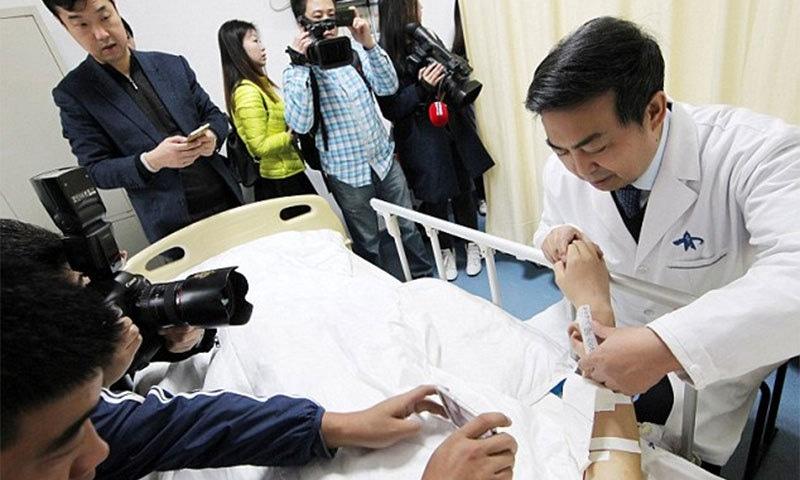 ڈاکٹر گیو مریض کا چیک اپ کرتے ہوئے — رائٹرز فوٹو