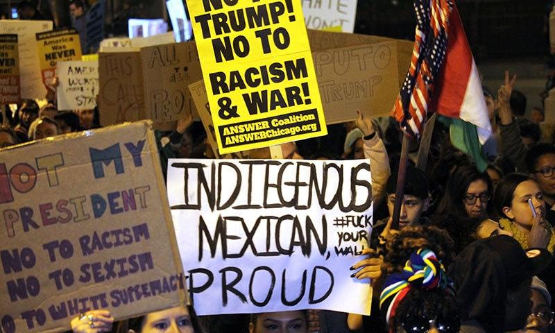 مظاہرین نے ڈونلڈ ٹرمپ کو نسل پرست قرار دیا — فوٹو / اے ایف پی