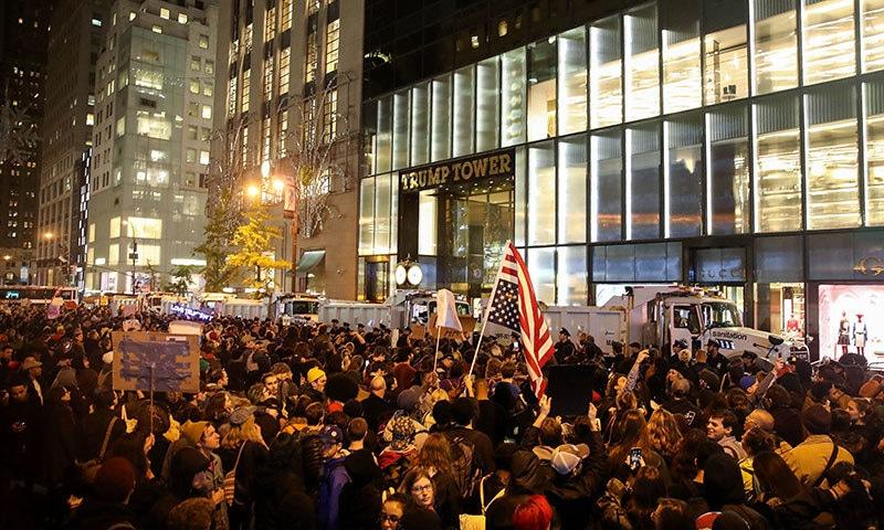 ٹرمپ ٹاور کے باہر بڑی تعداد میں مظاہرین نے نو منتخب صدر کے خلاف نعرے بازی کی — فوٹو / اے ایف پی