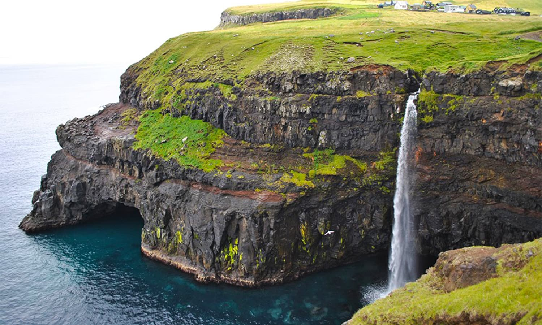 واگر کے پہاڑوں کی چناٹوں سے بہتی آبشار بحر اقیانوس میں جا گرتی ہے — مسعود ممتاز