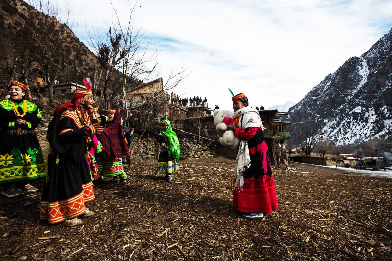 قبیلے کے لوگ ایک دوسرے کو تحفے د یتے ہیں