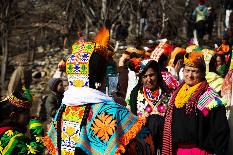 موسم سرما کے تہوار کے موقع پر خواتین تصاویر بناتے ہوئے