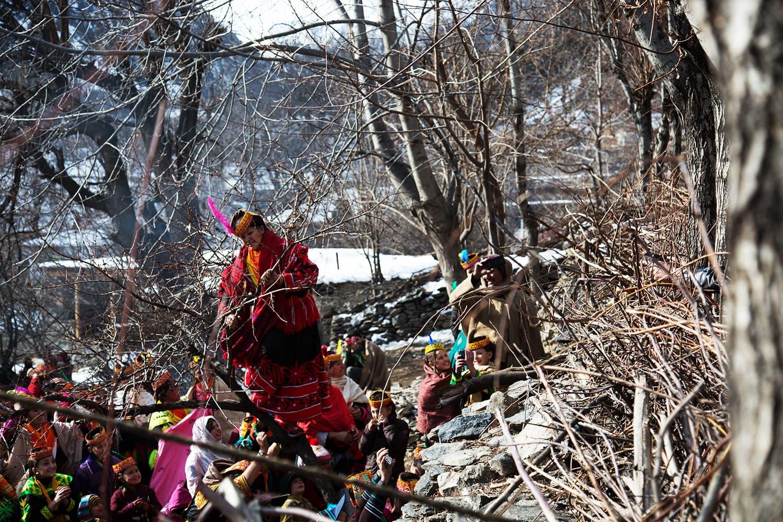 تہوار کے دوران مرد اور خواتین کے درمیان درخت پر تیزی سے چڑھنے کا مقابلہ بھی ہوتا ہے