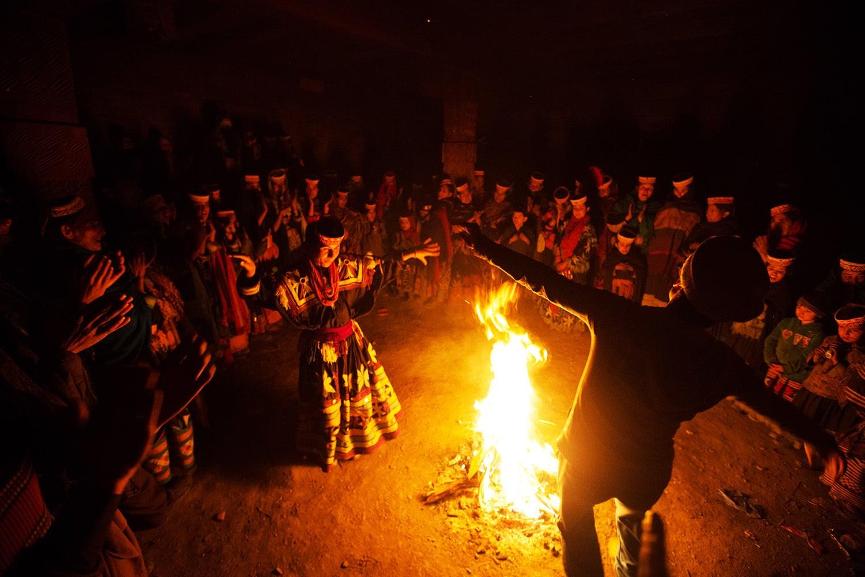 موسم سرما کے تہوار پر لوگ رات کو مل کر رقص بھی کرتے ہیں