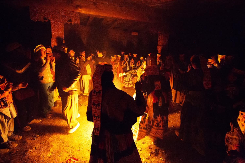 رقص کے دوران مسلسل آگ جل رہی ہوتے ہے اور کھانے پینے کا سلسلہ بھی جاری رہتا ہے