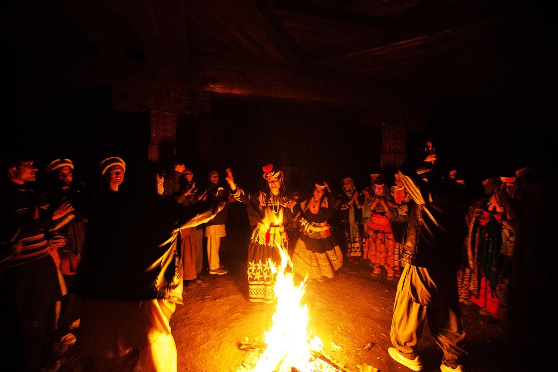 تہوار کے دن خواتین و مرد ایک ساتھ رقص کرتے ہیں