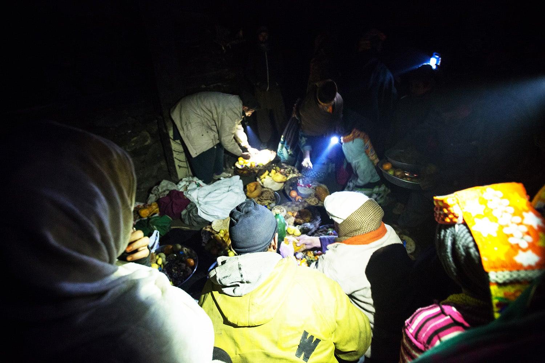 کیلاشی قبیلے کے لوگ روزہ کھولتے وقت