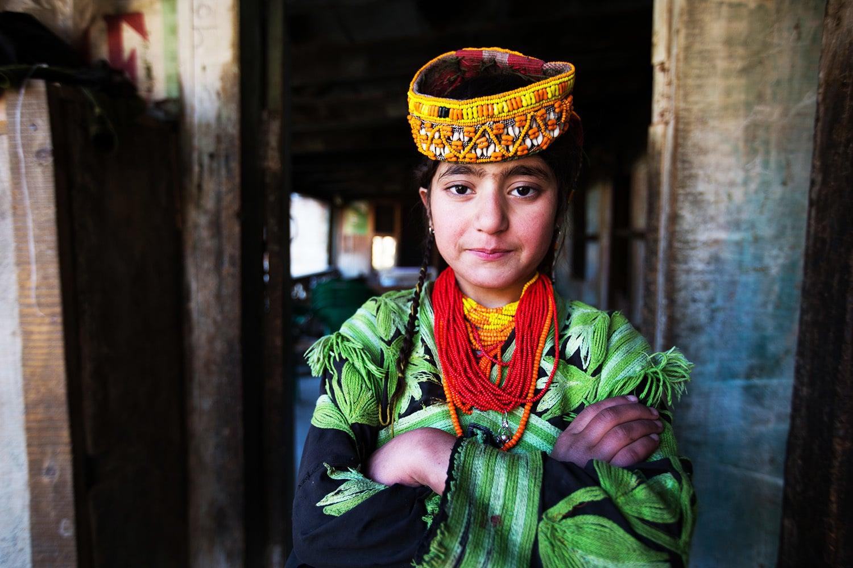 روایتی لباس میں ملبوس کیلاشی بچی
