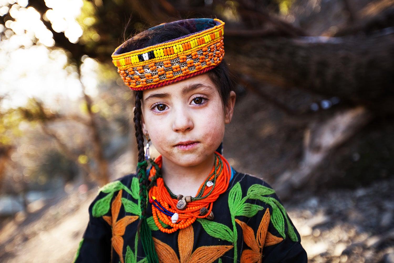 کیلاشی بچیوں کے لباس میں ٹوپی بھی شامل ہوتی ہے