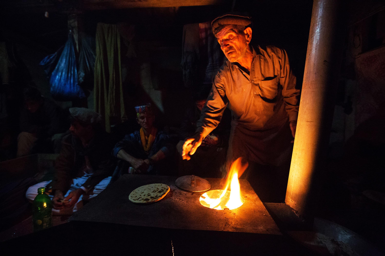 کیلاشی بندہ روٹی پکاتے ہوئے