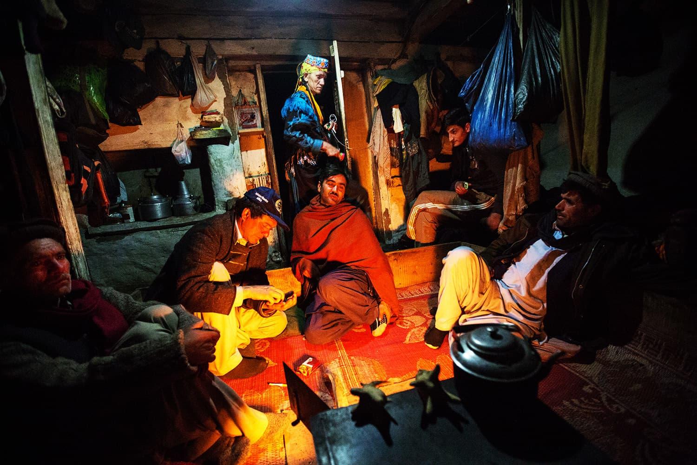 کیلاشی لوگ دھیمی روشنی میں گفتگو کرتے ہوئے