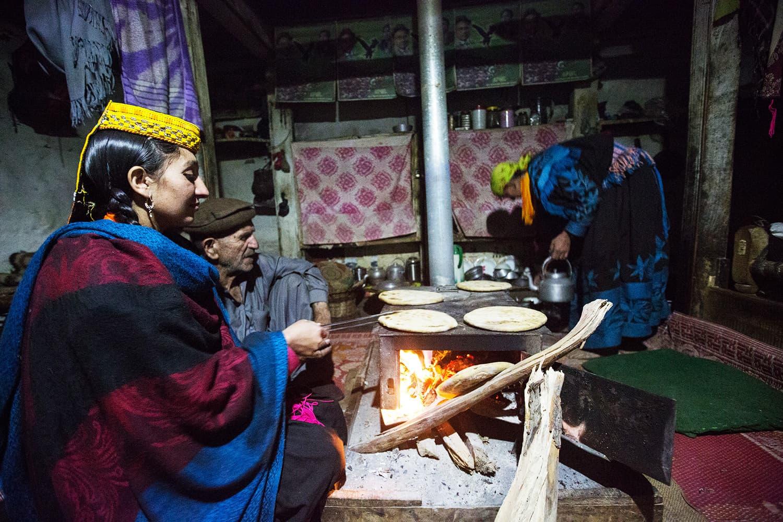 کیلاشی خاندان کھانے کی تیاری کرتے ہوئے