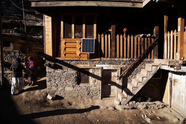 کیلاشی قبیلے کے گھر کے باہر نصب سولر سسٹم