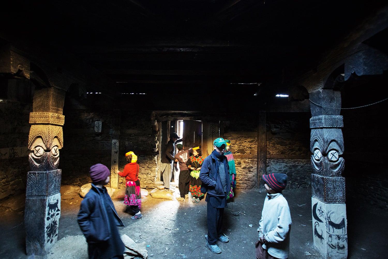 تہوار کے دن بچے دیواروں کو رنگ گرتے ہوئے