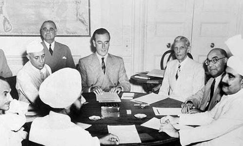 قائدِ اعظم، لارڈ ماؤنٹ بیٹن، لیاقت علی خان اور جواہر لال نہرو 3 جون 1947 کے تقسیم کے منصوبے پر غور کر رہے ہیں.