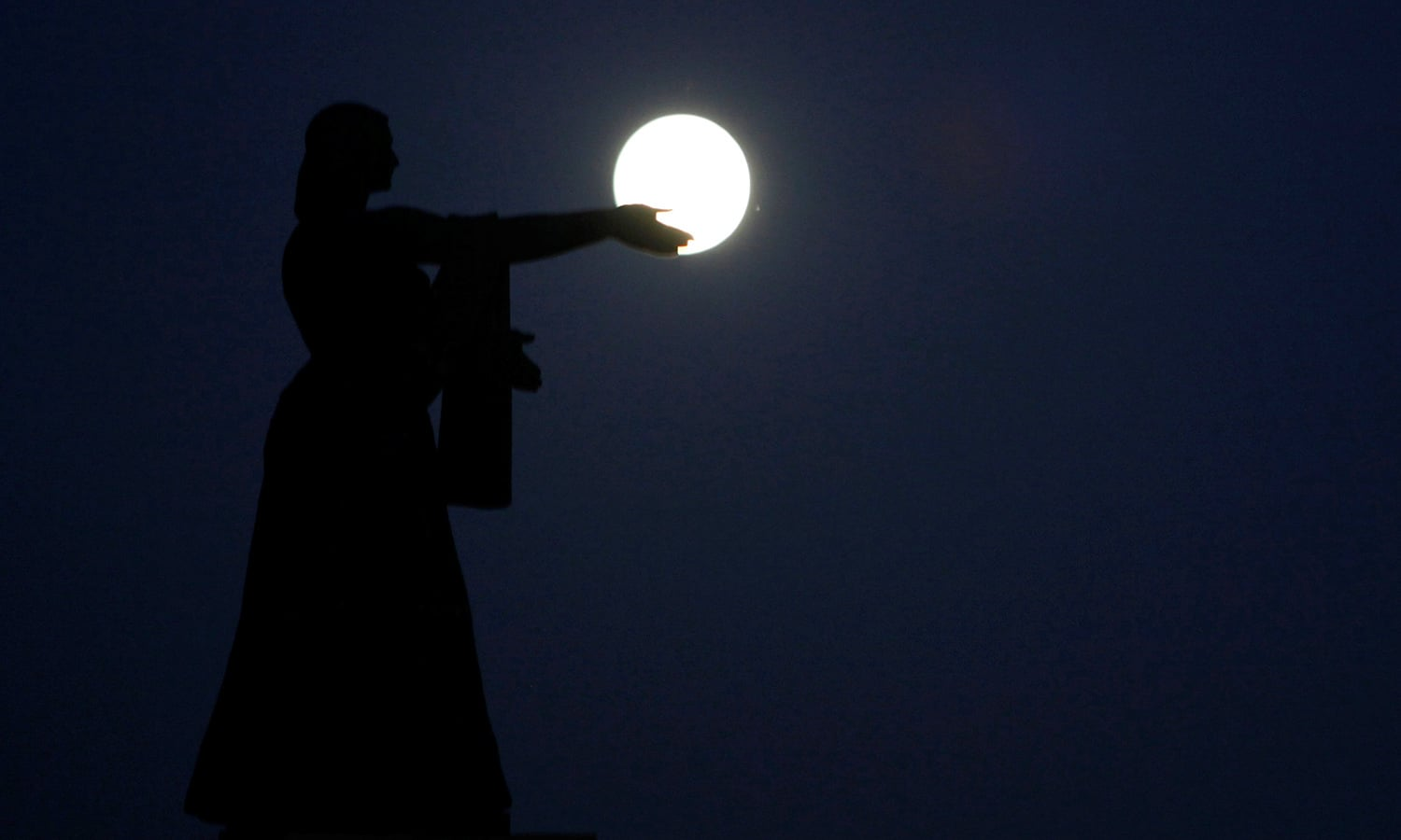 The supermoon, the closest the moon comes to Earth since 1948, rises over La Raza monument, in Ciudad Juarez, Mexico. ─Reuters