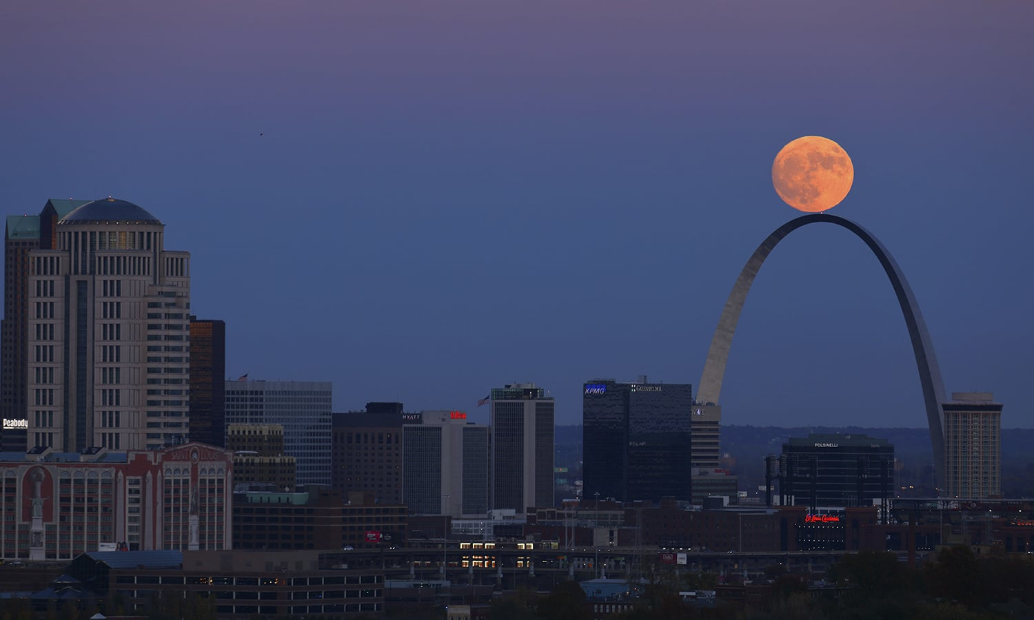 The moon rises beyond the Arch in St. Louis as seen from the Compton Hill Water Tower. ─AFP