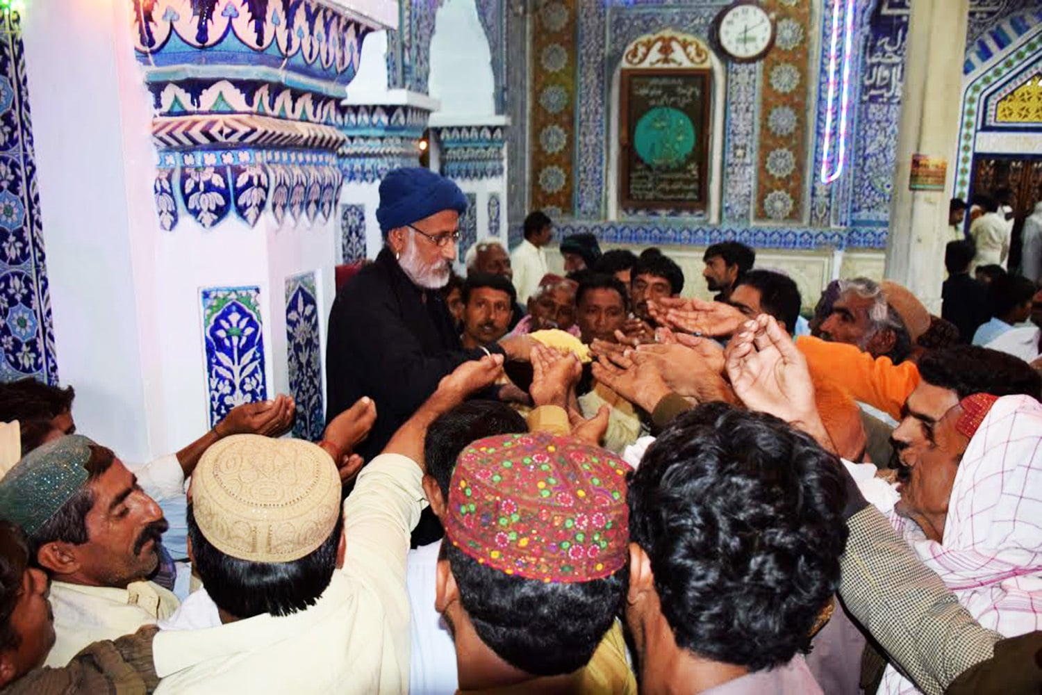 Distribution of 'lungar' (food) among devotees.