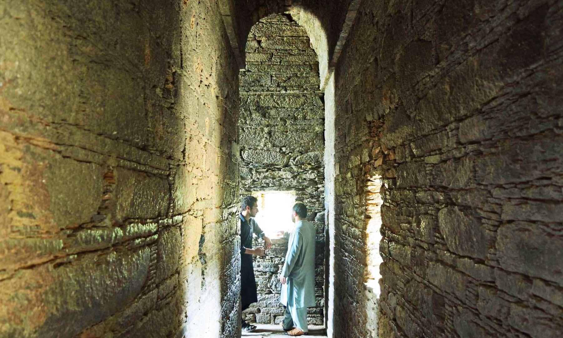 وہاڑے کے گرد گھومنے والا چھت دار راستہ— تصویر امجد علی سحاب