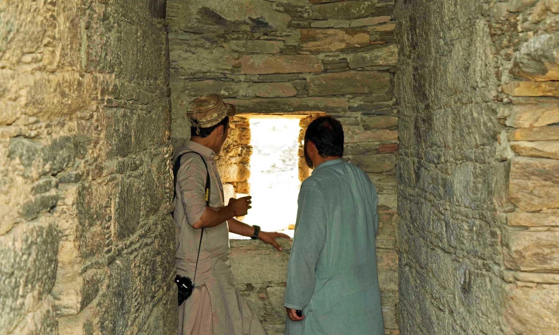 چھت دار راستے کے اندر تازہ ہوا اور روشنی کے لئے بنایا گیا سوراخ— تصویر امجد علی سحاب