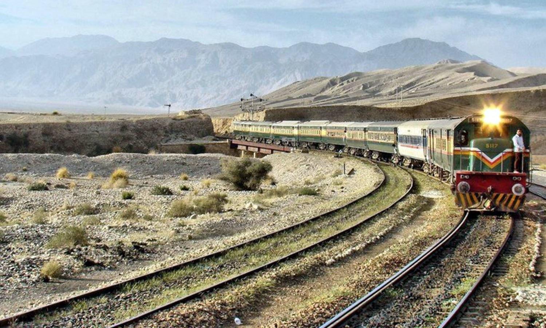 A train approaching the Quetta railway station. (Pic: Pakistan Affairs)