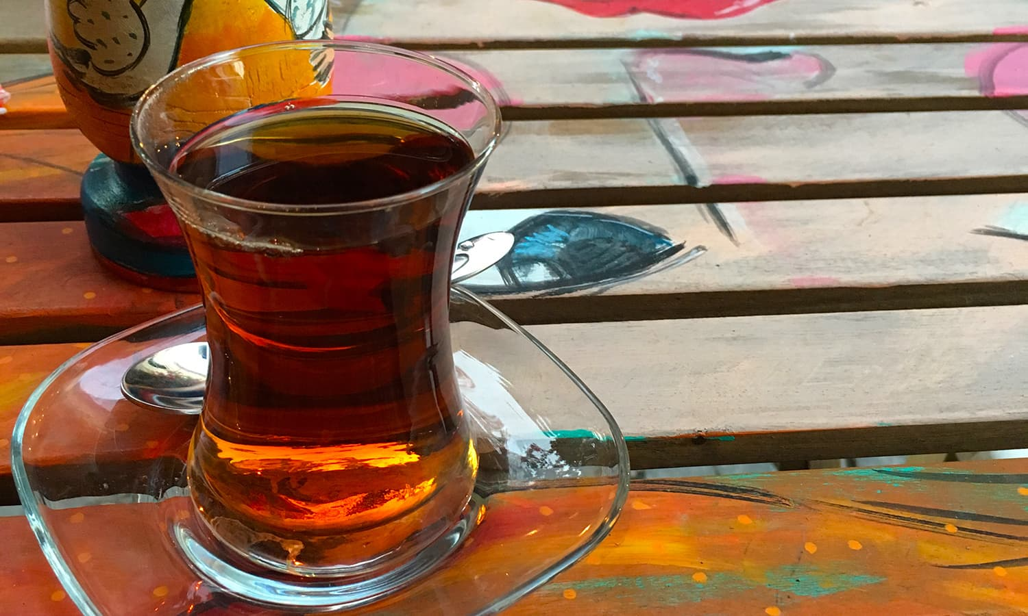 Having tea at the Kirli Çıkı Sanat Galerisi.