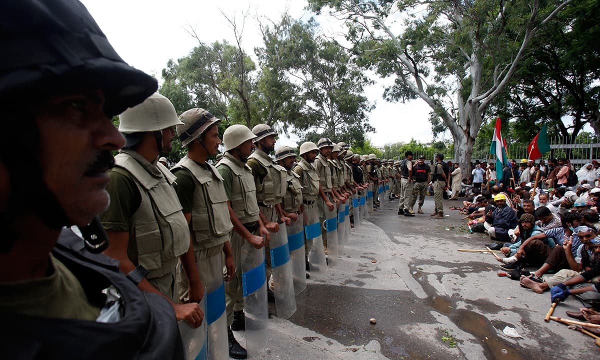 Security personnel face PTI protestors in Islamabad in 2014