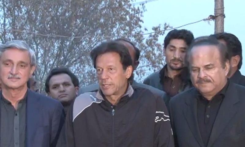عمرا ن خان اسلام آباد میں میڈیا کے نمائندوں سے بات چیت کررہے ہیں — فوٹو: ڈان نویز