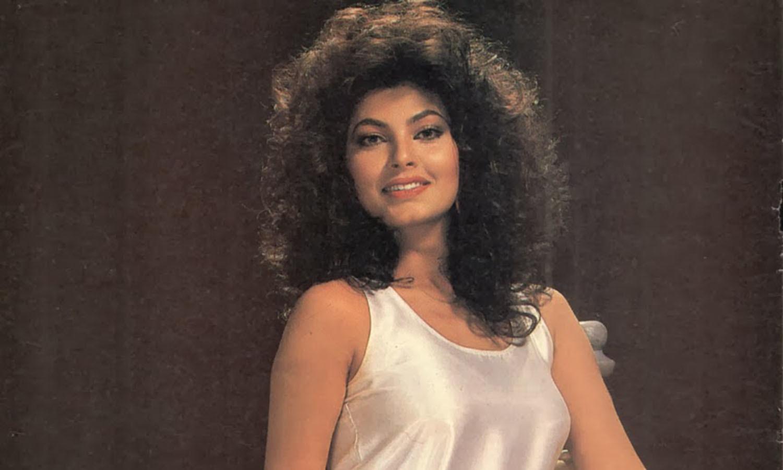 اپنے زمانے کی پرکشش سمجھی جانے والی اداکارہ کمی کاتکر کو 80 اور 90 کی دہائی میں بولی وڈ کی نہایت خوبصورت اداکارہ مانا جاتا تھا، انہوں نے بھی کئی نامور اداکاروں کے ساتھ کام کیا، تاہم بعد ازاں انہیں نے بولی وڈ سے دوری اختیار کرلی۔