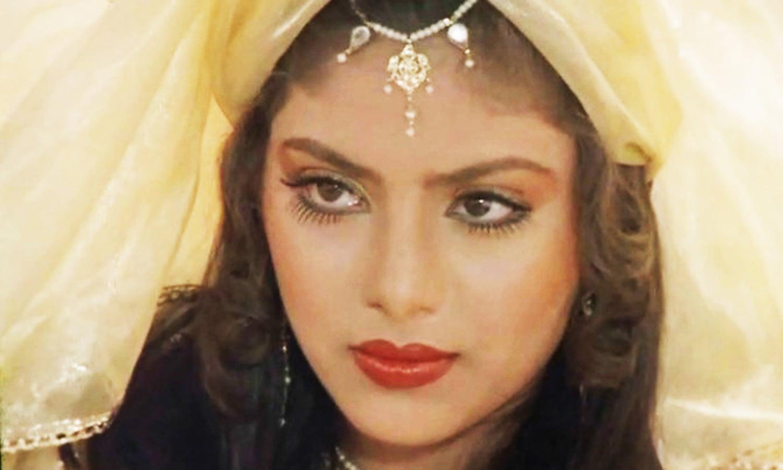اداکارہ سونم نے فلم 'تری دیوی' سے بولی وڈ میں دھماکا خیز انٹری دی، تاہم ان کا کیریئر جلد ہی مشکلات کا شکار تب ہوا جب انہیں انڈر ورلڈ کی دھمکیاں موصول ہونا شروع ہوگئیں، جس کے بعد اداکارہ نے فلمساز راجیو رائے سے شادی کی اور بیرون ملک منتقل ہوگئیں۔