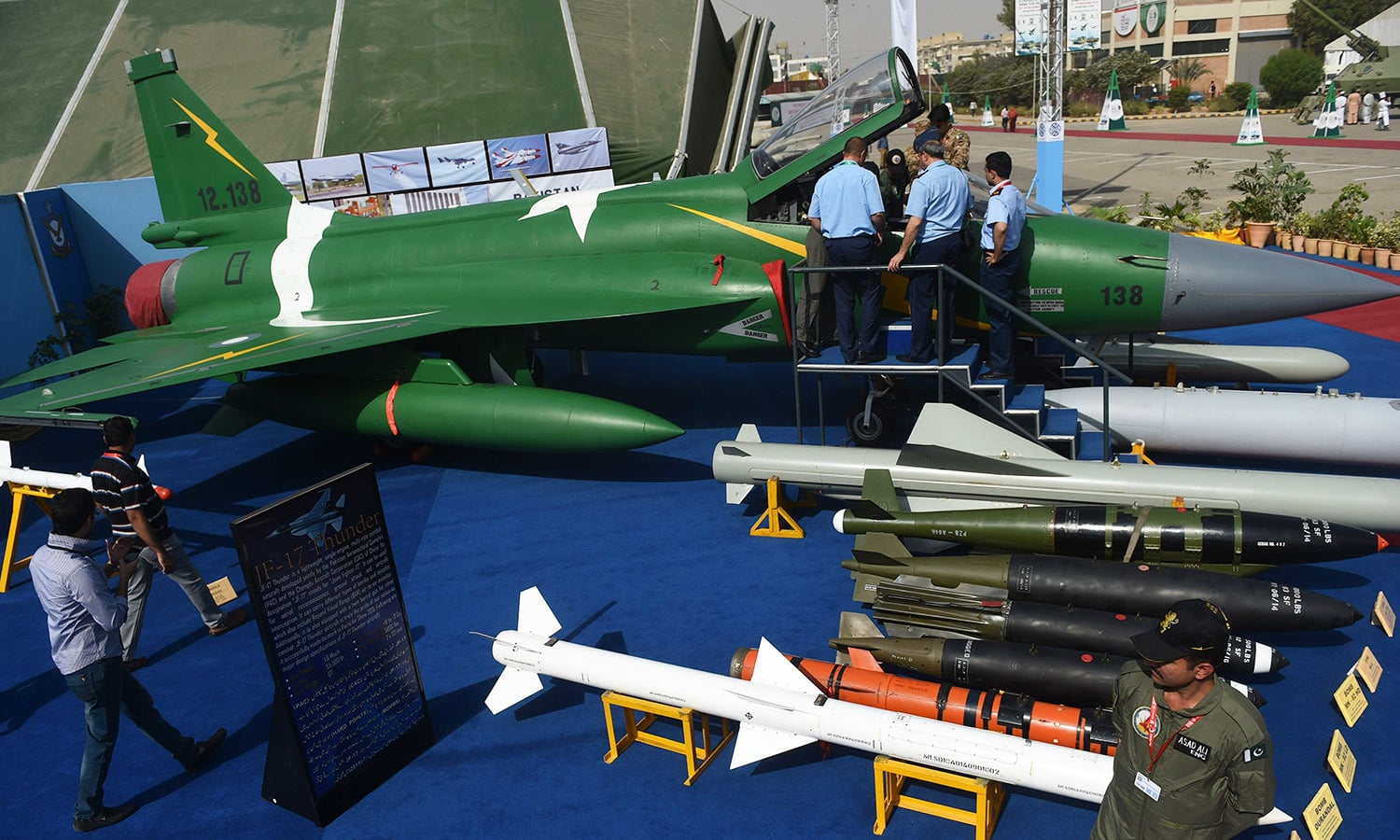 Delegate members look at Pakistan's JF-17 Thunder multirole combat aircraf.─AFP
