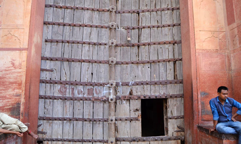 Hathi Gate up close.