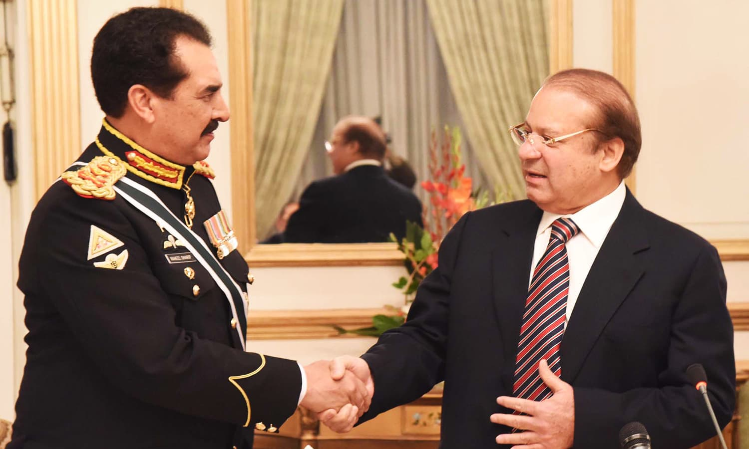 PM Nawaz shakes hands with outgoing Chief of Army Staff Gen Raheel Sharif. ─ PPI