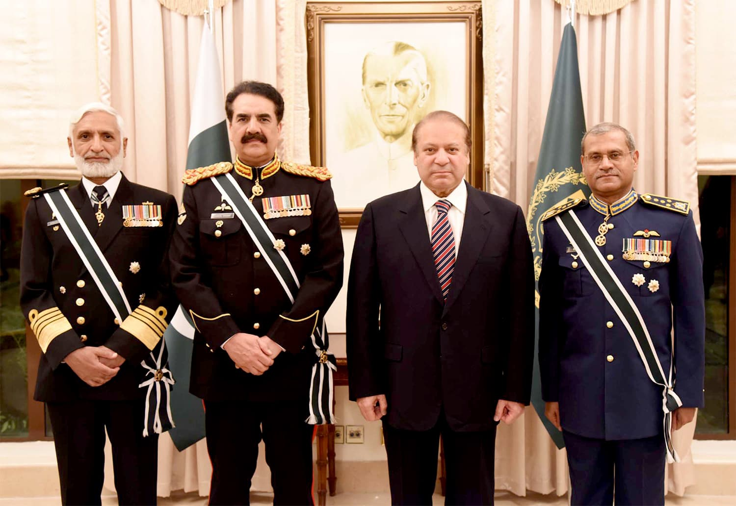 All chiefs of staff pose for a photograph alongside PM Nawaz as Gen Raheel says his goodbyes. ─ APP