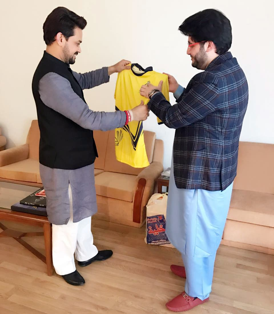 Javed Afridi presented a Peshawar Zalmi t-shirt to Thakur. —DawnNews