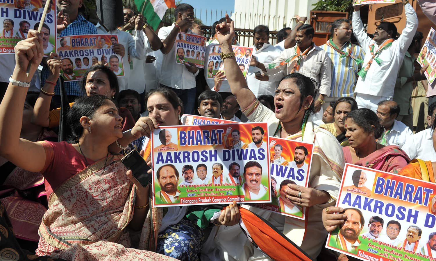 Members of the Congress party shout slogans during a protest as part of 'Jan Aakrosh Diwas' in front of the Reserve Bank of India. ─AFP