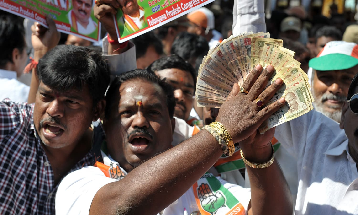 Members of the Congress party hold up the banned 500 and 1000 rupee notes as they shout slogans during a protest as part of 'Jan Aakrosh Diwas' in front of the Reserve Bank of India. ─AFP