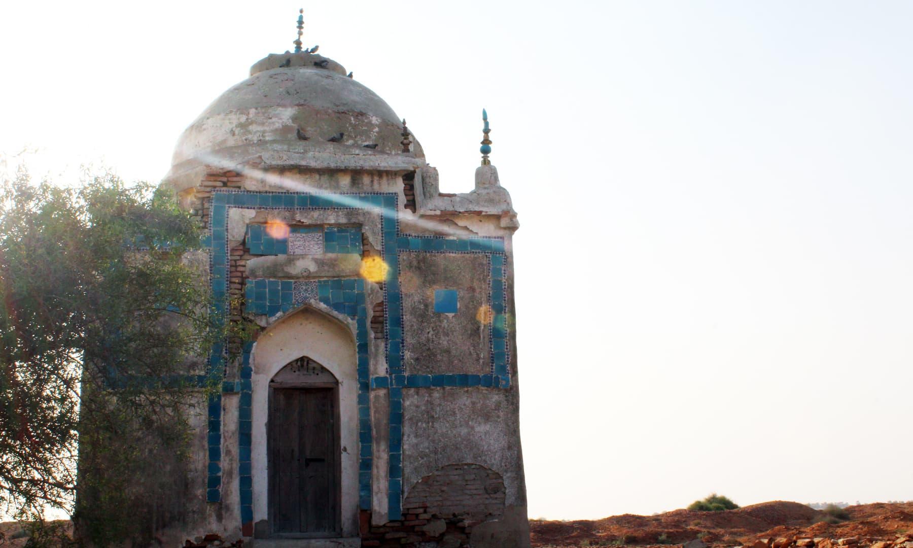 برہمن آباد میں ایک بزرگ کا مزار۔— فوٹو اختر حفیظ
