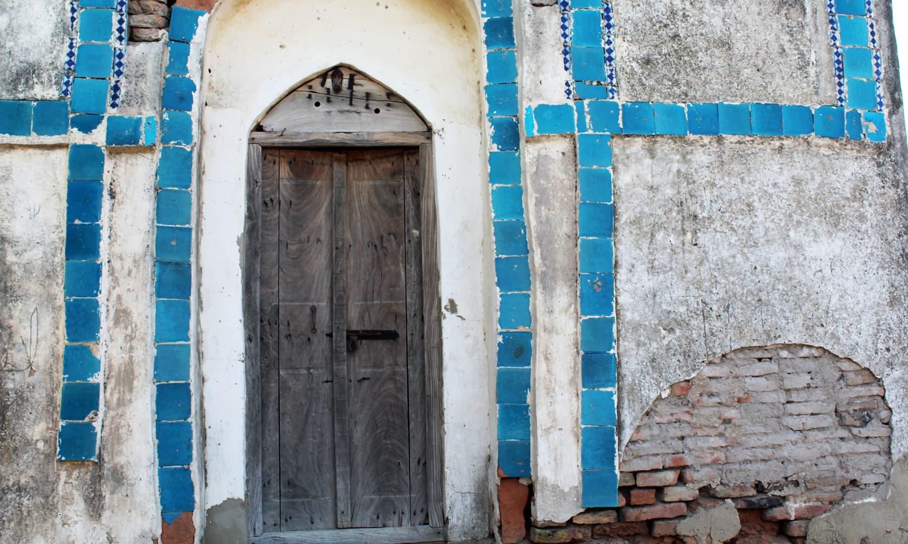 مزار کا دروازہ۔— فوٹو اختر حفیظ