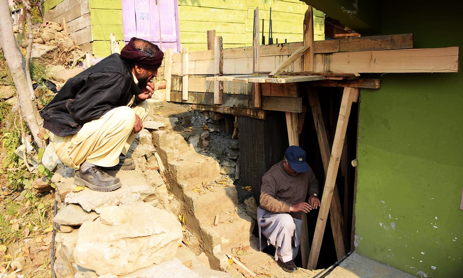 Men prepare an underground bunker in Athmuqam village at the LoC— AFP