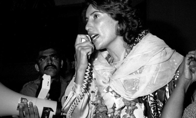 بے نظیر کراچی میں ایک ریلی سے خطاب کر رہی ہیں
