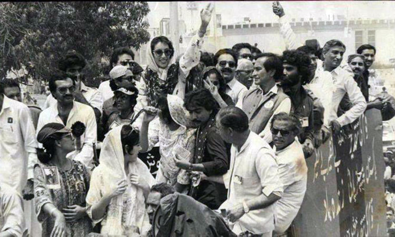 1988 میں بے نظیر لاہور میں ایک انتخابی ریلی کی قیادت کر رہی ہیں۔