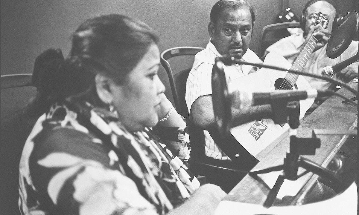 Singer Mehnaz and musician Qamar Allah Ditta performing live for radio   Arif Mahmood, White Star